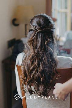 Ihr möchtet Eure Haare zur Hochzeit lieber offen tragen? Wir haben tolle Ideen für Brautfrisuren mit offenen Haaren für Euch! Diese Frisuren gehen fast bei jeder Länge! Jetzt inspireren lassen! #wedding #weddinghairstyle #hairstyle #brautfrisur #braut #hochzeit #weddyplace © Kathleen John Dreadlocks, Long Hair Styles, Beauty, Hair Down, Amazing, Wedding, Nice Asses, Long Hairstyle, Long Haircuts