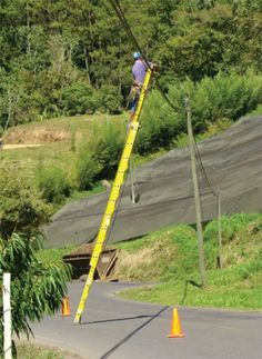 """""""What can I lean the ladder against? Wait, I have a great idea! Construction Fails, Construction Safety, Cant Fix Stupid, Stupid People, Limousin, Safety Ladder, Safety Fail, Darwin Awards, Safety First"""