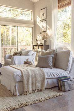un joli canapé de lecture beige dans le salon avec parquette