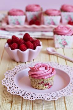 Raspberry cupcakes with raspberry cream cheese frosting Cupcake Recipes, Dessert Recipes, Desserts, Raspberry Cream Cheese Frosting, Raspberry Cupcakes, Pink Cupcakes, Coke Cake, Baking School, Pastel Cakes