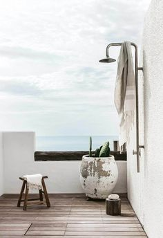 Vintage Summer Outdoor With Monsoon Shower Simple and beautiful ideas for your beach tropical private house outdoor shower. Vintage Summer Outdoor With Monsoon Shower Simple and beautiful ideas for your beach tropical private house outdoor shower. Outdoor Tub, Outdoor Bathrooms, Outdoor Showers, Mediterranean Style Homes, Mediterranean Bathroom, Mediterranean Architecture, Style Deco, Bathroom Plants, White Houses