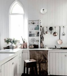 What do you think of this kitchen? This is the kind of kitchen we can see ourselves spending a lot of time in! Clean white wood, copper pots and arch windows. DREAMY 💖 Can we come visit