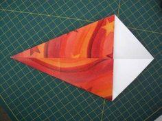 instrucción 2 para hacer una corona navideña de origami