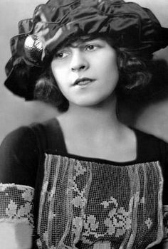 Young Ruth Gordon (Harold and Maude) Old Hollywood Glamour, Vintage Hollywood, Classic Hollywood, Silent Film Stars, Movie Stars, Thelma Ritter, Ruth Gordon, Famous Faces, Famous Photos