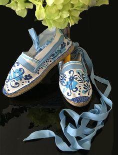 Alpargatas flores azules pintadas en talavera mexicano