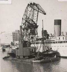 Floating crane AVONGARTH loading coal onto the SS CAMITO. [21342291]