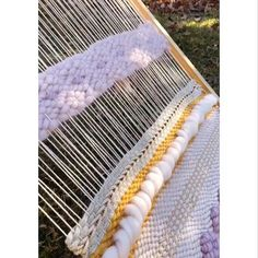 New twill pattern 2019 This beautiful twill pattern is from the weaving loom. As soon as you have done a few rows it becomes quite easy. The post New twill pattern 2019 appeared first on Weaving ideas. Weaving Textiles, Weaving Patterns, Tapestry Weaving, Tablet Weaving, Loom Weaving, Diy Arts And Crafts, Home Crafts, Ideas Paso A Paso, Weaving Wall Hanging