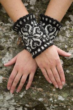 Sticka ett par snygga handledsvärmare som blir lika fina att ha på sig som smycken – och dessutom värmer skönt. Crochet Mittens, Crochet Gloves, Knit Crochet, Boot Bracelet, Crochet Bracelet, Wrist Warmers, Hand Warmers, Knitting Charts, Hand Knitting