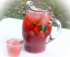 Need a refreshing drink for the summer? Try this sweet watermelon iced tea. Made with fresh watermelon and delicious black tea, it's a refreshing treat. Watermelon Ice Tea Recipe, Watermelon Cocktail, Sweet Watermelon, Watermelon Punch, Refreshing Drinks, Summer Drinks, Fresco, Homemade Iced Tea, I Heart Recipes