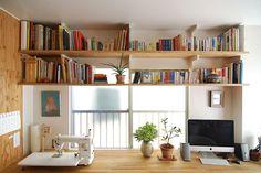 <p>背板のない棚を窓の前に。明かりは取れるし、棚の印象も軽やかです。</p>