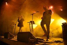"""2000 човека пяха заедно с групата Вечерта на 31-ви август емблематичната инди-рок банда Остава отбеляза 25-тата си годишнина с грандиозен двучасов концерт на открито, в клуб """"Маймунарника"""". Групата събра над 2000 човека, които заедно с тях пяха любимите си песни. Сам�"""