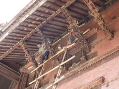 ¿medidas de seguridad? todo un ejercicio de equilibrio trabajar en un andamio en Katmandú