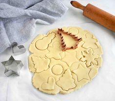 Soft, No Spread Sugar Cookies - In Fine Taste Roll Out Sugar Cookies, Sugar Cookie Dough, Sugar Cookies Recipe, Yummy Cookies, Cake Cookies, Yummy Treats, Christmas Sugar Cookie Recipe, Holiday Cookies, Christmas Recipes