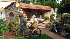 Ein Steingartenhaus kann nichts so schnell umhauen: Es steht fest in der Erde und ist gut gegen jedes Wetter gewappnet.