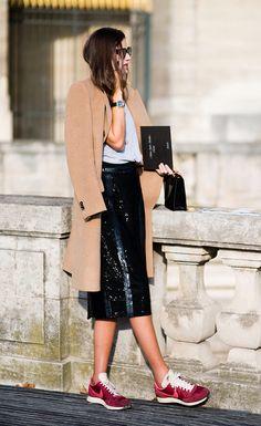 Street style look com saia midi paetê e tênis burgundy.