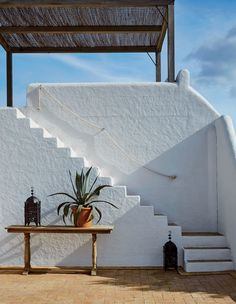 This DIY Stair Handrail Will Transport Your Home to Ibiza Stair Handrail, Banisters, Railings, Spanish Architecture, Architecture Design, Stairs Architecture, Villa Ibiza, Exterior Design, Interior And Exterior