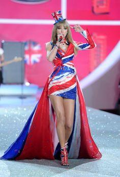 Taylor Swift lució los colores de la bandera británica sobre su vestido en una parte del show