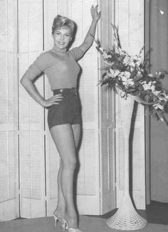 Pin up of actress Whitney Blake, who is known for her four seasons as Dorothy Baxter, the mother, on the NBC early sitcom Hazel. Vintage Tv, Vintage Hollywood, Vintage Beauty, Whitney Blake, Fashion Tv, Old Movies, Hottest Photos, Sexy Legs, Comedians
