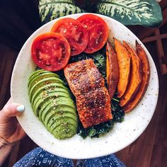 "Courtnie di Instagram ""Tonight's dinner🔥 Anyone who says eating healthy is boring really isn't doing it right. Also, this piece of wild Alaskan salmon only cost…"" Ratatouille, Avocado Toast, Salmon, Healthy Eating, Dinner, Breakfast, Ethnic Recipes, Food, Instagram"
