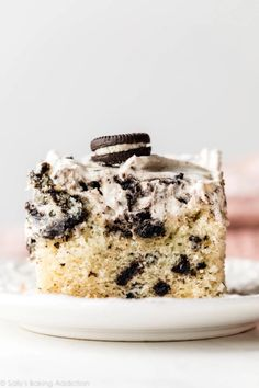 Learn how to make soft, buttery, and moist cookies and cream white sheet cake. Top with sturdy whipped cream Oreo cookie frosting! Just Desserts, Delicious Desserts, Oreo Desserts, Dessert Recipes, Cupcake Recipes, Dessert Ideas, Dinner Recipes, Vanilla Sheet Cakes, Cookies And Cream Cake