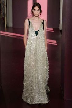 Runway / Valentino / Paris / Herbst 2017 HC / Kollektionen / Fashion Shows / Vogue Fashion 2017, Love Fashion, Runway Fashion, High Fashion, Fashion Show, Autumn Fashion, Fashion Dresses, Fashion Design, Fashion Weeks