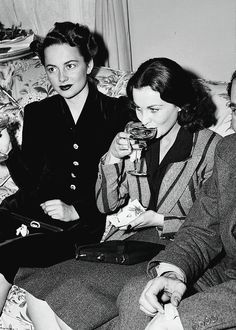 Olivia de Havilland and Vivien Leigh at the Gone With the Wind press party, December 15 1939.