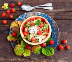 Vesimeloni ja mansikka ovat raikkaita ja herkullisa kesäsalaatin raaka-aineita. Molemmat myös viihtyvät fetajuuston seurassa. Koverrettua melonin kuorta voi käyttää salaatin tarjoilukulhona. Avocado Toast, Breakfast, Morning Coffee