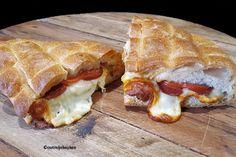 Heerlijke Turkse tosti gemaakt van Turks brood (pide) en belegd met sucuk (knoflookworstjes) en kasar peyniri (jonge kaas)