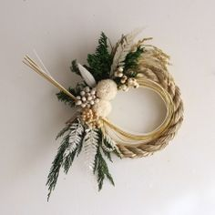 Christmas Themes, Christmas Wreaths, Christmas Decorations, Holiday Decor, Fall Arrangements, Christmas Arrangements, Corn Husk Wreath, Japanese New Year, Green Wreath