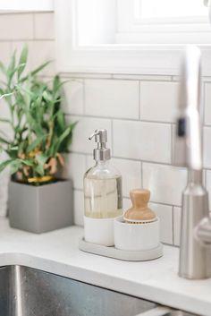 Kitchen Sink Caddy, Kitchen Countertop Decor, Kitchen Soap Dispenser, Kitchen Tray, Home Decor Kitchen, Kitchen Design, Apartment Kitchen Decorating, Kitchen Counter Decorations, Soap Kitchen