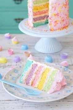 bolo arco-iris   colorido recheado e coberto com chantilly de leite ninho