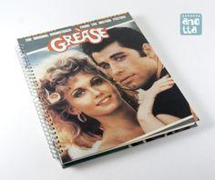 Libreta hecha a mano reciclando el álbum del doble LP de la banda sonora de la película «Grease»..