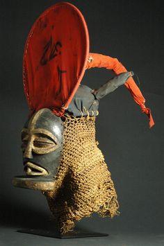 Chokwe Cihongo Mask Ethnic group : Chokwe / Chockwe Country of origin : Angola, D.R. Congo Material : Wood, cloth, raffia, pigment