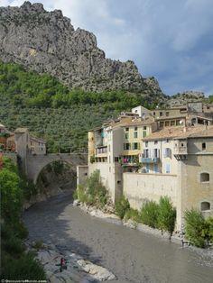 Fr. : Découverte du petit village médiéval d'Entrevaux lors d'une excursion sur le train des pignes dans l'arrière-pays niçois. --------------------------------------  En. : Entrevaux , medieval village of the hinterland of Nice.