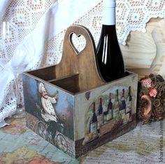Короб для бутылок. Короб для бутылок декорирована в технике декупаж. Слегка состарен.   Покрытие матовым лаком.