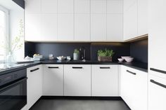 Kitchen Decoration: Color Trends and Ideas 2018 40 Grey Kitchen Cabinets, Kitchen Tiles, Kitchen Dining, Kitchen Black, Upper Cabinets, Colorful Kitchen Decor, Kitchen Colors, Interior Design Kitchen, Interior Decorating