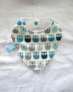 Petit bavoir forme bandana, idéal lorsque bébé fait ses dents  Plus de t-shirt à changer, le bandana anti bavouille protège bébé et le t-shirt reste sec  Recto en coton  - 20398183