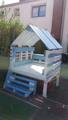 house-games-children-in-pastel-blue-and-white-m . house-games-children-in-pastel-blue-and-white-furniture-garden-in-pallet-external-play-spaces Making Pallet Furniture, Pallet Garden Furniture, Pallets Garden, Outdoor Furniture Sets, Furniture Ideas, Pallet Sofa, White Furniture, Girls Furniture, Furniture Design