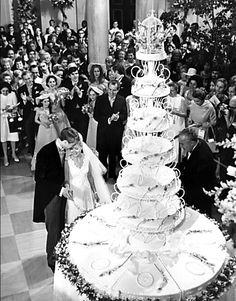 Tricia Nixon and Edward Cox white house wedding cake. The cake was seven feet tall to serve all the guests and the 600 journalists in attendance. President Nixon is in background. Celebrity Wedding Photos, Celebrity Weddings, Celebrity Style, Dream Wedding, Wedding Day, Wedding White, First Daughter, Famous Couples, Royal Weddings