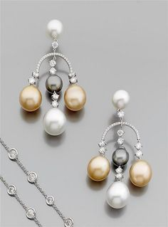 Pair of pearl chandeliers culture They are embellished with pearls of gold, gray and white. 18K white gold bezel set with brilliant-cut diamonds.