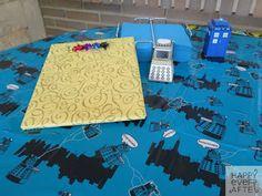 """Fiesta Sorpresa """"Doctor Who"""". Mantelería de la mesa dulce y de regalos adquirida externamente. ´Figuras en 3D realizadas por el Equipo Happy."""