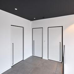 Moderne blokdeuren met zwarte omlijsting.