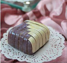 Ingrédients :  Pour la pâte 250 g de farine 75 g de beurre ou de margarine Une pincée de sel Fleur d'oranger Une c à c de vanille Deux colorant alimentaire aux choix