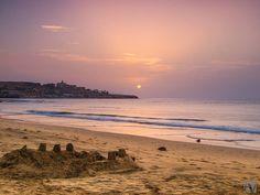 FUERTEVENTURA, LA ISLA DE LOS BUENOS SUEÑOS  Cuando llega esta hora se desean buenas noches... Y estando en Fuerteventura, buenos sueños.   Imagen de Andrej Voth en la costa de Pájara, Fuerteventura.