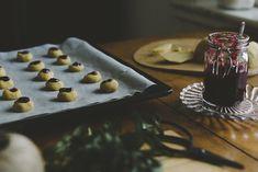 Blanda farinsockret, sirapen och vattnet i en kastrull. Koka upp blandningen. Lägg i matfettet och låt det smälta. Tillsätt kryddorna. Låt massan kallna utan omrörning. Rör i bikarbonaten och 3/4 av mjölet. Resten används till utbakning. Linda in degen i plastfolie. Låt den stå kallt till nästa dag. Sätt ugnen på 175 grader. Arbeta degen smidig på mjölat bord. Knåda eventuellt in resten av mjölet.