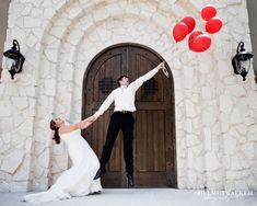 photo de mariage drôle et originale: marié avec ballons hélium