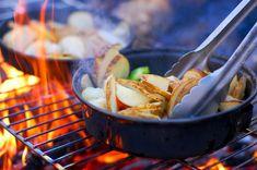 Camping, matlagning över eld eller på grillen. Sparsmakad rekvisita ger realistiska bilder.