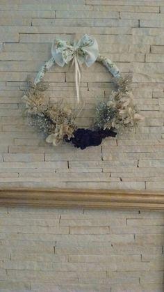 Guirlanda feita com flores murchas que ia para  o lixo. Transformando o feio no belo