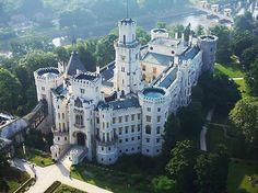 Aan de rand van het stadje ligt het kasteel Hluboká. Het van oorsprong vroeggotische burcht uit de 13e eeuw heeft verschillende verbouwingen doorgemaakt. In 1562 werd het kasteel door koning Ferdinand I aan de heren van Hradec verkocht, die de burcht in een renaissanceslot lieten ombouwden. Aan het begin van de jaren 1700 werd het kasteel omgebouwd tot een barok slot. Rond 1840 naar een gotische stijl. Bij deze laatste wijziging werd vrijwel het gehele kasteel gesloopt en werd op dezelfde…