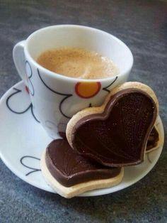 coffee and chocolate heart cookies. Sweet Coffee, I Love Coffee, Good Morning Coffee, Coffee Break, Mini Desserts, Gif Café, Café Chocolate, Coffee World, Coffee Heart